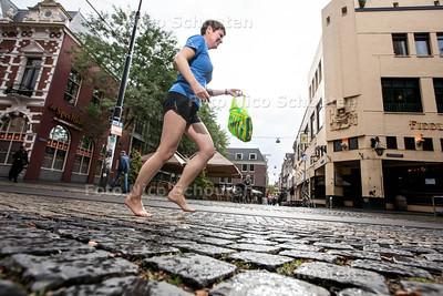 Hardloopster Anne van Dalen gaat rennen door heel Nederland, op blote voeten. Tijdens haar tocht gaat ze zwerfafval opruimen - DEN HAAG 18 SEPTEMBER 2013 - FOTO NICO SCHOUTEN