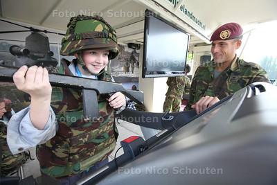 Landmachtdag - Peter doet een uithoudingsproef op een loopband - ZOETERMEER 23 APRIL 2014 - FOTOGRAFIE NICO SCHOUTEN
