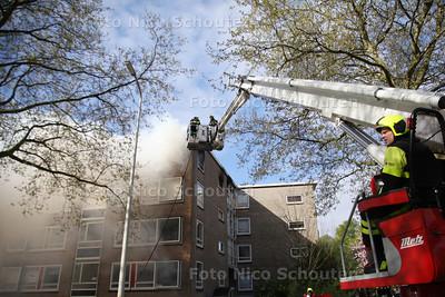 Uitslaande brand portiekwoning Roggekamp - DEN HAAG 15 APRIL 2014 - FOTOGRAFIE NICO SCHOUTEN