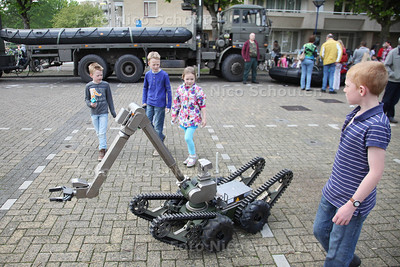 Landmachtdag - Een afstandsbestuurbare robot rijd over de Markt - ZOETERMEER 23 APRIL 2014 - FOTOGRAFIE NICO SCHOUTEN