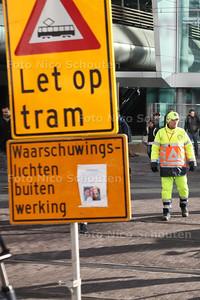 De voetgangerslichten op de Rijnstraat (tussen het station en de ministeries op de Turfmarkt) zijn al maanden defect. Om de eindeloze stroom voetgangers in goede banen te leiden, staan er verkeersregelaars die om de haverklap op een fluitje blazen - DEN HAAG 16 APRIL 2014 - FOTOGRAFIE NICO SCHOUTEN