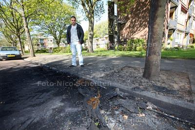 Iman Jahangiri op de plek waar zijn auto in de nacht van donderdag op vrijdag uitbrandde - DELFT 19 APRIL 2014 - FOTOGRAFIE NICO SCHOUTEN