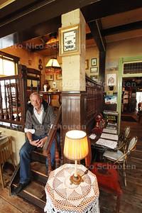 Bakker Piet Hekker in zijn pitoreske gezellige bakkerswinkel - ZOETERMEER 28 APRIL 2014 - FOTOGRAFIE NICO SCHOUTEN
