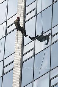 Landmachtdag - Abseilen van de toren van het Stadhuis - ZOETERMEER 23 APRIL 2014 - FOTOGRAFIE NICO SCHOUTEN