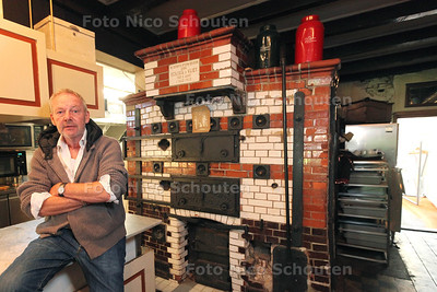 Bakker Piet Hekker in zijn pitoreske gezellige bakkerswinkel - Piet bij de oude oven uit 1913 - ZOETERMEER 28 APRIL 2014 - FOTOGRAFIE NICO SCHOUTEN