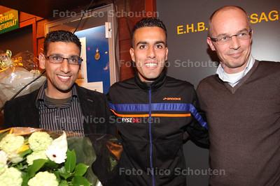Hardloper Khalid Choud wordt door zijn club Haag Atletiek in het zonnetje gezet vanwege zijn fraaie prestatie tijdens de Marathon van Rotterdam - Links de coach rechts de fysio - DEN HAAG 16 APRIL 2014 - FOTOGRAFIE NICO SCHOUTEN