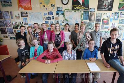 Groep leerlingen van het Sint Maartens College (en de juf) die in hun eigen vakantie vrijwillig met eigen geld naar Frankrijk gaan voor Franse les - VOORBURG 16 APRIL 2014 - FOTOGRAFIE NICO SCHOUTEN