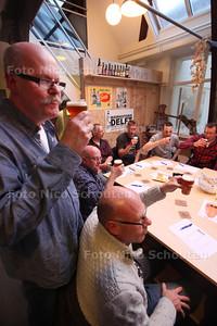 Het is weer tijd voor de lentebiertjes en dus pakt Bierhistorie Delft uit. Zeventien man schuiven vanavond aan in de nok van het Mensert gereedschappenmuseum. Een sfeervolle omgeving waar de proevers het één en ander leren over deze Nederlandse bieren. Graag een sfeervolle foto van de bierproevers in het museum - Aad vaN der Hoeven (l) met een Lentebok van Brouwerij Kinheim Noord Hollandse Bierbrouwerij (6,5 %) - DELFT 18 APRIL 2014 - FOTOGRAFIE NICO SCHOUTEN