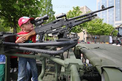 Landmachtdag - Antoni kijkt door het vizier van een machinegeweer - ZOETERMEER 23 APRIL 2014 - FOTOGRAFIE NICO SCHOUTEN