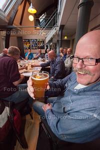 Het is weer tijd voor de lentebiertjes en dus pakt Bierhistorie Delft uit. Zeventien man schuiven vanavond aan in de nok van het Mensert gereedschappenmuseum. Een sfeervolle omgeving waar de proevers het één en ander leren over deze Nederlandse bieren. Graag een sfeervolle foto van de bierproevers in het museum - Aad van der Hoeven met een Lentebok van Brouwerij Kinheim Noord Hollandse Bierbrouwerij (6,5 %) - DELFT 18 APRIL 2014 - FOTOGRAFIE NICO SCHOUTEN