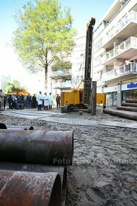 Slaan van de eerste paal van de nieuwbouw Winkelcentrum in Rokkeveen - ZOETERMEER 27 AUGUSTUS 2014 - FOTOGRAFIE NICO SCHOUTEN