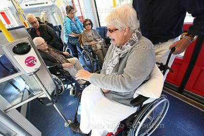 Op stap met 18 bewoners in rolstoel van woonzorgpark Swanesteyn naar aanleiding van een verhaal van mevrouw Gout die warme herinneringen heeft aan de tram in haar jonge jaren. De HTM heeft dit geregeld in het kader van 150 jaar tram - DEN HAAG 27 AUGUSTUS 2014 - FOTOGRAFIE NICO SCHOUTEN