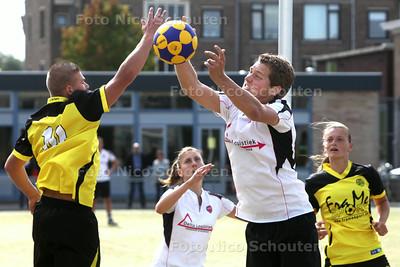 KCC-korfballer Patrick Muurling (r) in actie tijdens de wedstrijd Die Haghe-KCC - DEN HAAG 30 AUGUSTUS 2014 - FOTOGRAFIE NICO SCHOUTEN