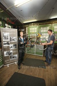 Winkeliersverenigin eert de tien oudste winkels van naaldwijk met banner met uitleg van geschiedenis winkel. Familie Hoogkamer, al sinds 1911 op deze plek een fietsenwinkel - Bart (l) en Joris in de werkplaats - NAALDWIJK 21 AUGUSTUS 2014 - FOTOGRAFIE NICO SCHOUTEN