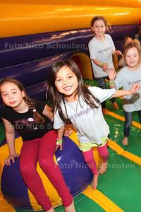 Spelende kinderen op een springkussen bij de Ballenbak - Kinderen van basisschool Kwakernest (let op GEEN KwakerSnest zoals op T-shirts)- ZOETERMEER 24 FEBRUARI 2014 - FOTOGRAFIE NICO SCHOUTEN