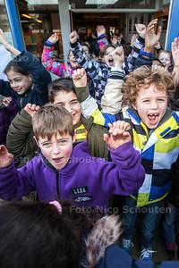 Scholieren van basisschool De Triangel hebben vanaf 15.30 uur vakantie. Ze rennen juigend het schoolplein op - ZOETERMEER 21 FEBRUARI 2014 - FOTOGRAFIE NICO SCHOUTEN