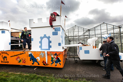 De voorbereidingen voor Carnaval zijn in volle gang. Leden van de vereniging De Gaanders leggen zaterdag de laatste hand aan hun praalwagen - STOMPWIJK 22 FEBRUARI 2014 - FOTOGRAFIE NICO SCHOUTEN