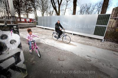 In het Vernedepark wordt druk gebouwd aan de tweede elgale graffitimuur van Zoetermeer. Graag een foto van deze werkzaamheden. Mochten ze nu zo snel hebben gebouwd dat deze er al staat, dan dolgraag een foto van de muur met jongeren erbij of artiesten die al een kunstwerk op de gloednieuwe muur zetten. Er werd helaas niet gebouwd en er waren ook geen graffitiartiesten - ZOETERMEER 26 FEBRUARI 2014 - FOTOGRAFIE NICO SCHOUTEN