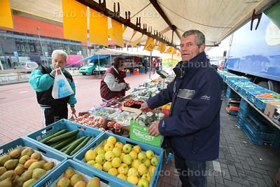 Jos Servaas met zijn groente- en fruitkraam op de markt in winkelcentrum Oosterheem - ZOETERMEER 25 FEBRUARI 2014 FOTOGRAFIE NICO SCHOUTEN