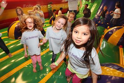Spelende kinderen op een springkussen bij de Ballenbak - vlnr Ilina, Michelee en Indiva van basisschool Kwakernest (let op GEEN KwakerSnest zoals op T-shirts)- ZOETERMEER 24 FEBRUARI 2014 - FOTOGRAFIE NICO SCHOUTEN