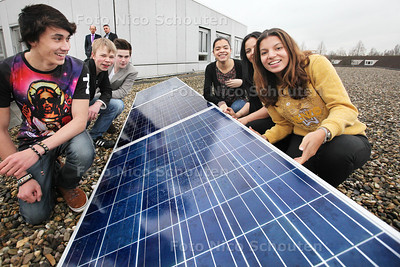 Leerlingen openen zonnepanelen op dak school Alfrink College - DEN HAAG 20 FEBRUARI 2014 - FOTOGRAFIE NICO SCHOUTEN
