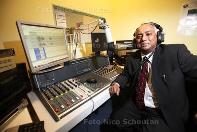 Fred Kartaram in opnamestudio van Hindoestaanse zender radio Vahon - DEN HAAG 28 FEBRUARI 2014 - FOTOGRAFIE NICO SCHOUTEN
