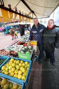 Jos en Gera Servaas met zijn groente- en fruitkraam op de markt in winkelcentrum Oosterheem - ZOETERMEER 25 FEBRUARI 2014 FOTOGRAFIE NICO SCHOUTEN