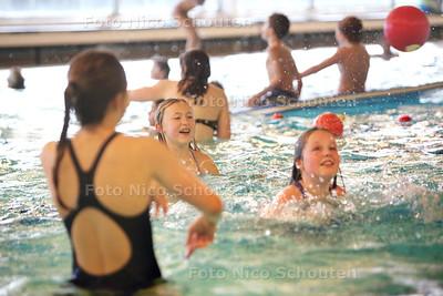 Drukte bij Zwembad de Veur - ZOETERMEER 24 FEBRUARI 2014 - FOTOGRAFIE NICO SCHOUTEN
