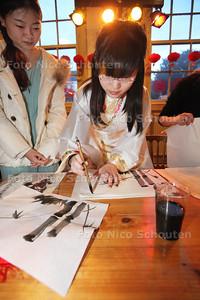 Chinees Nieuwjaar 2014 IN Rietveld Theater - Workshop Kalligraferen (hapjesmaken zag er niet uit) - DELFT 18 JANUARI 2014 - FOTOGRAFIE NICO SCHOUTEN