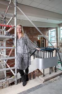Julie Ann Tollenaar leidt in opdracht van gemeente de renovatie en herbestemming van het voormalige stadsdeelkantoor Escamp. Ze heeft in korte tijd veel vrijwilligers gerecruteerd - DEN HAAG 27 JANUARI 2014 - FOTOGRAFIE NICO SCHOUTEN