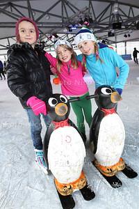 Ijspret op ijsbaan Leidschenveen - vlnr Cristina, Feline en Zoë uit Den Haag - LEIDSCHENDAM 17 JANUARI 2014 - FOTOGRAAF NICO SCHOUTEN