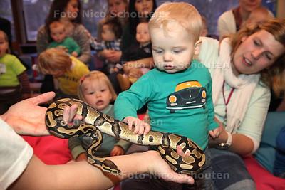 Een medewerker van Exotus Serpenti met reptielen bij de kinderen van kinderopvang De Drie Ballonnen - ZOETERMEER 23 JANUARI 2014 - FOTOGRAAF NICO SCHOUTEN
