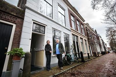 Verhaal over een woning aan de Vlamingstraat. De bewoner heeft bij haar uitzoekwerk hulp gekregen van Kees van der Wiel (r) - DELFT 21 JUNUARI 2014 - FOTOGRAAF NICO SCHOUTEN