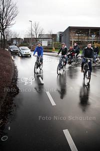Afdfelingsleider Eric Brunings (l) van het Alfrink College met een aantal leerlingen op de fiets, bij de T-splitsing: Kadelaan-Zijdewerf-Werflaan - ZOETERMEER 24 JANUARI 2014 - FOTOGRAAF NICO SCHOUTEN