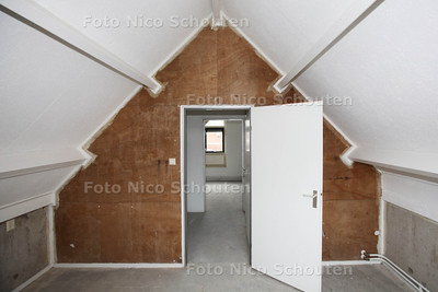 studenten Bouw en Infra bij woning die zijn hebben opgeknapt in kader van pilot 'Pimp your house' - twee slaapkamers op de zolder  - DEN HAAG 22 JANUARI 2014 - FOTOGRAAF NICO SCHOUTEN