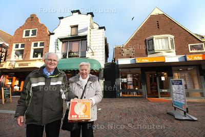 Ria Moers en Van den Burg en haar man op de plek waar Koekfabriek De Duif zich bevond. Dorpsstraat 68 - ZOETERMEER 22 JANUARI 2014 - FOTOGRAAF NICO SCHOUTEN