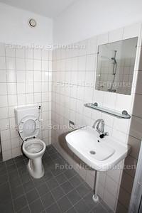 studenten Bouw en Infra bij woning die zijn hebben opgeknapt in kader van pilot 'Pimp your house' - badkamer  - DEN HAAG 22 JANUARI 2014 - FOTOGRAAF NICO SCHOUTEN