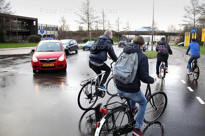 Afdfelingsleider Eric Brunings (r) van het Alfrink College met een aantal leerlingen op de fiets, bij de T-splitsing: Kadelaan-Zijdewerf-Werflaan - ZOETERMEER 24 JANUARI 2014 - FOTOGRAAF NICO SCHOUTEN