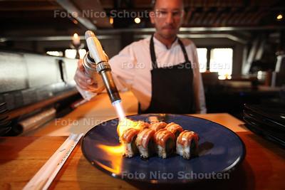 Harbour Club voor verhaal over succesformule in tijden van crisis - Sushi word met een gasbrander gegrild - DENH HAAG 30 JANUARI 2014 - FOTOGRAFIE NICO SCHOUTEN