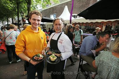 Guy Verbeek (l) en Chef kok met etende mensen op de achtergrond. Delft Serveert, een culinair festival - DELFT 29 JULI 2014 - FOTOGRAFIE NICO SCHOUTEN