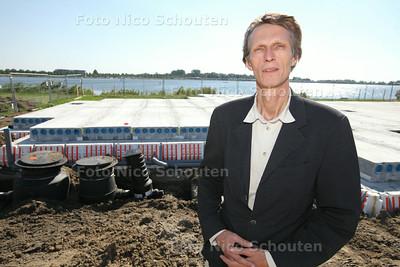 raadslid Willem Bos bij de plek waar op dit moment hard wordt gewerkt aan het zogenaamde Beren-restaurant - ZOETERMEER 23 JULI 2014 - FOTOGRAFIE NICO SCHOUTEN