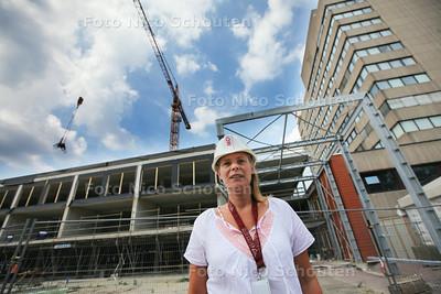 bouwcoördinator Marieke Smit bij de nieuwbouw. De bouw van het nieuwe beddenhuis voor Antoniushove is in volle gang. Vorige week werd het hoogste punt bereikt. - LEIDSCHENDAM 31 JULI 2014 - FOTOGRAFIE NICO SCHOUTEN