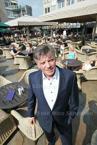 Horeca-intermediair Lex de Geus op bomvol Stadhuisplein - ZOETERMEER 31 JULI 2014 - FOTOGRAFIE NICO SCHOUTEN