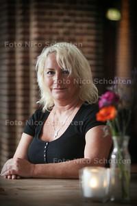 """Esther van Straten. Zij heeft geposeerd voor het fotoboek van fotograaf Michel Grollé: """"IK het boek dat niet over borstkanker gaat"""" - DEN HAAG 28 JULI 2014 - FOTOGRAFIE NICO SCHOUTEN"""