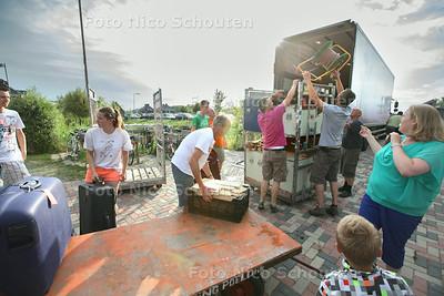 Scouting Poeldijk gaat op kamp. 2 vrachtwagens worden ingeladen met behulp van vrijwilligers - POELDIJK 25 JULI 2014 - FOTOGRAFIE NICO SCHOUTEN