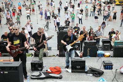 Gitaarherrie van tientallen gitaristen op het Spuiplein - DEN HAAG 19 JULI 2014 - FOTOGRAFIE NICO SCHOUTEN