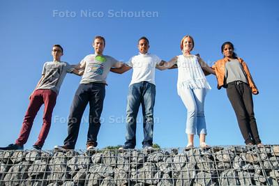 Groep jongeren die naar Kroatie gaat en praat over jeugdwerk - VLNR Casey Livrament, JaapMeerhoff (begeleider), Shairon Coffie, Valery Roeleveld en Kaisma Munshi - ZOETERMEER 30 JULI 2014 - FOTOGRAFIE NICO SCHOUTEN