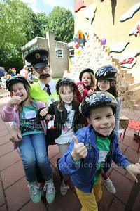 Op het schoolplein van het Zwanenbos worden door Agent Joss (met snor) fietshelmen uitgedeeld - ZOETERMEER 5 JUNI 2014 - FOTOGRAFIE NICO SCHOUTEN