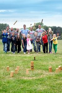 Kubben wordt ook wel 'viking schaken' genoemd. Het is een combi van bowlen, schaken en jeu des boules. Met stokken moeten blokken en tot slot een konings-blok worden omgegooid. Hagenaar  Nathan van der Velde (achterste rij links) doet dit spel al een aantal jaren met vrienden. DEN HAAG 27 JUNI 2014 - FOTOGRAFIE NICO SCHOUTEN