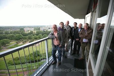 Een groep bewoners van Driemanspolder vreest de bebouwing bij hun voor de deur. Zij kijken uit op groen, maar daar moeten kantoren en woningen komen - ZOETERMEER 4 JUNI 2014 - FOTOGRAFIE NICO SCHOUTEN